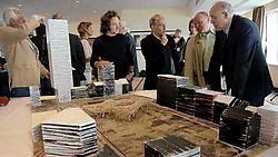 Arne Quinze (midden) bij de maquette van zijn kunstwerk. Herman Ricour<br>