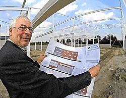Chris Maene ontvouwt de plannen voor de nieuwbouw van piano's Maene aan de ring rond Ruiselede. Frank Meurisse<br>