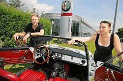 Manu en Kristal Vermeiren met hun veertig jaar oude Alfa Romeo.Foto Frederiek Vande Velde