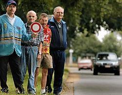 Hoofdseingever Johan Kesteloot, Albert Kesteloot, René D'Hondt en Floribert Vermeiren: 'Wij zijn vijf uur in de weer voor een wielerwedstrijd. Wij eisen erkenning voor ons werk.'Paul De Malsche<br>