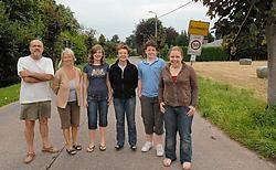 Bewoners Robert Voet, Chris Vierendeel en Lydia Devriese met haar drie dochters zijn begaan met de afsluiting van het kruispunt. <br> Marc Aerts<br>