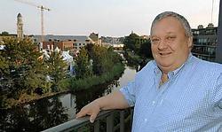Johan Daenekindt vindt het stadsfestival zijn charmes hebben. 'Het is geen toeval dat ik tien dagen op rij ga barbecuen op mijn terras. Gezellig met de buren terwijl je het gevoel hebt midden in de ambiance te zitten.' Paul De Malsche