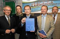 Auteur Karel Cambien met zijn boek samen met de leden van Voka.Michel Vanneuville<br>
