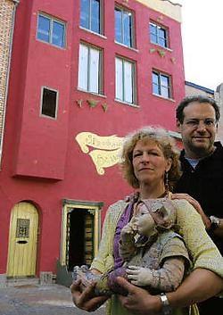 De uitbaters van sprookjeshuis Sassafras in de Duinenstraat vinden dat het gemeentebestuur hen tegenwerkt. Peter Maenhoudt<br>