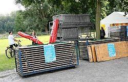 Medewerkers van jeugdhuis Kadee waren gisteren druk in de weer met het in orde brengen van de standjes en het podium. Eddy Van Ranst