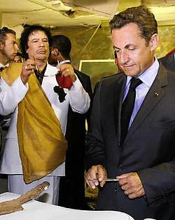 Kadhafi en Sarkozy in de Libische hoofdstad Tripoli. reuters<br>