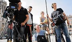De ploeg tijdens de opnames op de Grote Markt in Mechelen. Ibrahim Afassi wordt de eerste allochtone burgemeester van de stad.Isabelle Pateer <br>