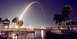 De Endeavour doorklieft het luchtruim boven Florida, in 2002. Toen was er nog geen bedrading doorgeknipt. ap<br>