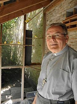 Bisschop Vangheluwe bij zijn geliefde kanaries in de vogelkooi van het bisdom.Michel Vanneuville<br>