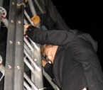 Frank Boeijen beklom gezwind de PA-toren en gaf daar een akoestische set.emv