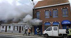 Een groot deel van de bar La Porte Bleue in de Kortrijkstraat brandde gisteravond uit. Patrick Holderbeke<br>