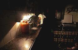 Bij het povere licht van een gaslantaarn probeert een Palestijnse vrouw in Gaza-Stad het eten klaar te maken.ap<br>