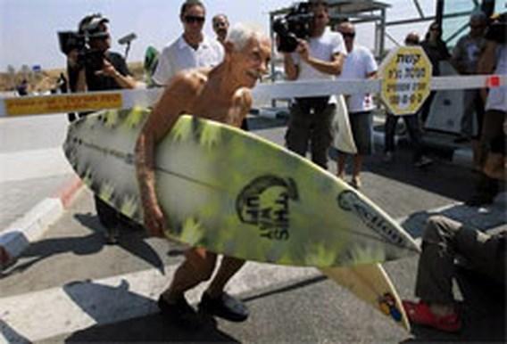 Bejaarde surfer uit Hawaii doneert planken aan Gazastrook