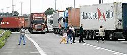 Door de aanrijding was de E17 richting Antwerpen over de volle breedte versperd. In de file gebruikten chauffeurs en kinderen de tijd om de benen te strekken.