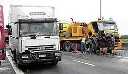 In de gele betonmixer werd het zoontje van de chauffeur ernstig gewond.Hendrik De Rycke