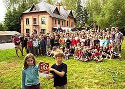 Momenteel verblijft de Chiro van Hoegaarden in de Scheve villa. 'We kozen deze kampplaats omdat het gebouw zo uniek is.' Luc Verstraeten<br>
