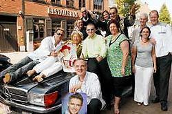 Eddy en zijn danseressen worden zondag om 11.30 uur met twee cabrio's afgehaald aan de rotonde van de Hospitaalstraat.Vacas<br>