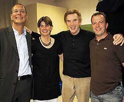 Tessa Geerts met Will Tura, burgemeester Brankaer en vriend Johan Vandeuren. Zij mag binnen Overijse voortaan gratis naar al de Tura-optredens.Koen Merens<br>