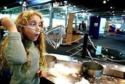 Jongeren gaan graag proefondervindelijk met wetenschap aan de slag, zoals in Technopolis.Wim Kempenaers<br>
