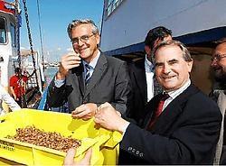 Minister-president Kris Peeters en burgemeester Roland Crabbe laten zich de eerste garnalen van het nieuwe seizoen smaken. Isabelle Vanhassel