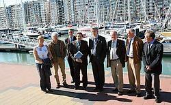 Kris Peeters (vijfde van links af) bracht een werkbezoek aan Blankenberge. Vlaanderen pompt 8,5 miljoen in de opwaardering van de haven. Norbert Minne