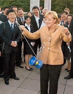 Merkels bezoek aan het Verre Oosten lijkt ontspanning in vergelijking met de dossiers die haar nog te wachten staan. ap<br>