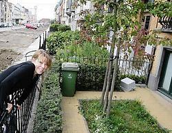 Karine De Smet bij haar voortuintje: <br>'Nu onze laan wordt heraangelegd, merk je dat er bij heel wat buurtbewoners interesse groeit om hun tuintjes in ere te herstellen.'<br>Frederiek <br>Vande Velde