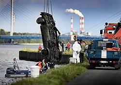 Eén van de zeventig gelokaliseerde autowrakken <br>in het Albertkanaal tussen Diepenbeek en Ham wordt bovengehaald. Yorick Jansens<br>