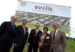 Filip Santy (midden) en Karel Debaere (links) van Leiedal mochten samen met de burgemeesters Stefaan De Clerck (Kortrijk), Claude Vanwelden (Zwevegem) en Rita Beyaert (Harelbeke) de nieuwe naam van het industriepark aan de E17 onthullen. Patrick Holderbek