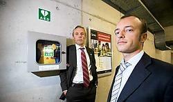 Algemeen directeur Kristof Voeten en marketingmanager Olivier Van Schap stellen de automatische hartdefibrillator in de parkeergarage aan het Astridplein voor. Wim Kempenaers<br>