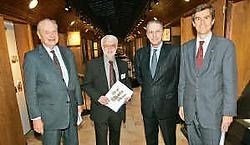 Roland Renson van het Sportimonium verwelkomde de heren Pierre-Olivier Beckers, baron Philippe de Schoutheete de Tervarent en Jacques Rogge. Koen Merens