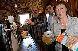 Jos Cauwberghs, Christopher Burghardt, Monique Swinnen: brouwerij en toerismedienst bieden een tweedaags verblijf in Hoegaarden aan.Jef Collaer<br>