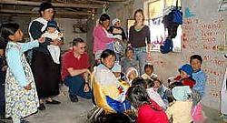 Jürgen en Fien D'Huyvetter bij de kinderen in het schooltje dat door de Ecassef Foundation werd opgericht. rr<br>