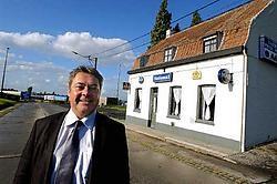 Om niet alle truckchauffeurs van de grensovergang in Rekkem weg te jagen, besloot Jean-Marie Ghesquière om het café National over te nemen. Hij vond een ervaren cafébaas om de zaak te runnen. Patrick Holderbeke