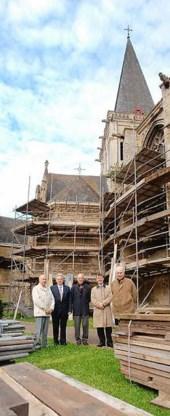 Leden van het kerkbestuur Henri Van Haute, Willy Delvaux, Herman Fabri, Jurgen Tistaert en pastoor Leo Ecker moeten het de komende twee jaar doen met een kerk in de steigers.<br> Yvan De Saedeleer