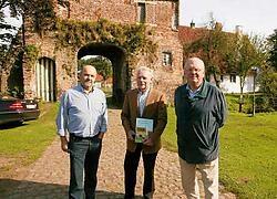 Carlos, Géry en Arsène Huysman stellen met trots hun familieboek 'Groot Goed: Huysmanhoeve' voor.Vacas