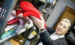 Zuster Emmanuel in haar kledingdepot: 'We hebben constant een voorraad voor zo'n twintig mensen.'Filip Erkens