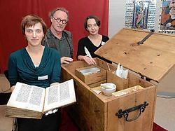 De Erfgoedkoffer zit vol materialen, waarmee in de middeleeuwen handschriften werden gemaakt: inkten, verven, pigment, zwanenveren, messen en soorten perkament. Michel Vanneuville