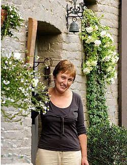 Voor een goede verzorging is Alice Mas dagelijks drie uur bezig met haar tuin. 'Het is dan ook dubbel genieten van al de bloemencombinaties.'David Stockman