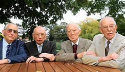 De oud-klasgenoten Louis Verbeke, Willy Opdebeeck, Willy Houtman en Albert Santy hadden elkaar veel te vertellen na zeventig jaar. <br>Bart Vandenbroucke