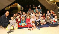 De tweede klas van de vrije basisschool mocht een nachtje in een echte legertent slapen. Bart Vandenbroucke