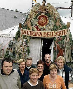 De medewerkers van het Cultureel Centrum (met uiterst rechts Piet Van Loocke) nodigen iedereen uit voor de voorstelling van Circus Ronaldo. Paul De Malsche