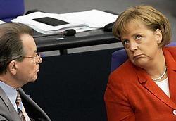 Vice-kanselier Franz Müntefering (l.) en kanselier Angela Merkel zien hun regering steeds meer op drift slaan.afp<br>