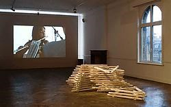 Een beeld uit de videofilm van de Zweedse kunstenares Johanna Billing. Op de grond ligt werk van de Hisk-laureaat Stefaan Dheedene.rr <br>