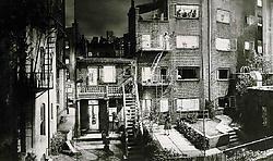 Setbeeld van 'Rear Window' (1954), gesitueerd in Greenwich Village in New York.Koninklijk Belgisch Filmarchief<br>