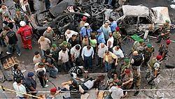 Een politie-inspecteur onderzoekt een lijk bij de plaats van de bomaanslag in een christelijke voorstad van Beiroet.ap<br>