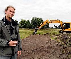 De grasmatten worden weggehaald om de oorspronkelijke vegetatie opnieuw te laten groeien, toont Maarten Jacobs die het project coördineert. Lily Leys<br>