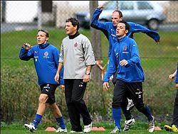 Wesley Sonck (links, met trainer Mathijssen, Clement en Sterchele): 'Ik kan nog altijd voetballen.'photo news<br>