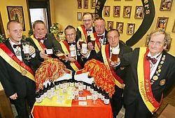 De leden van de Orde van de Pjeirefretters genieten van hun eerste eigen bier. Koen Merens<br>