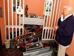 De tranen staan de behoeder van de kapel André Vandenbroucke in de ogen als hij de ravage bekijkt. phk